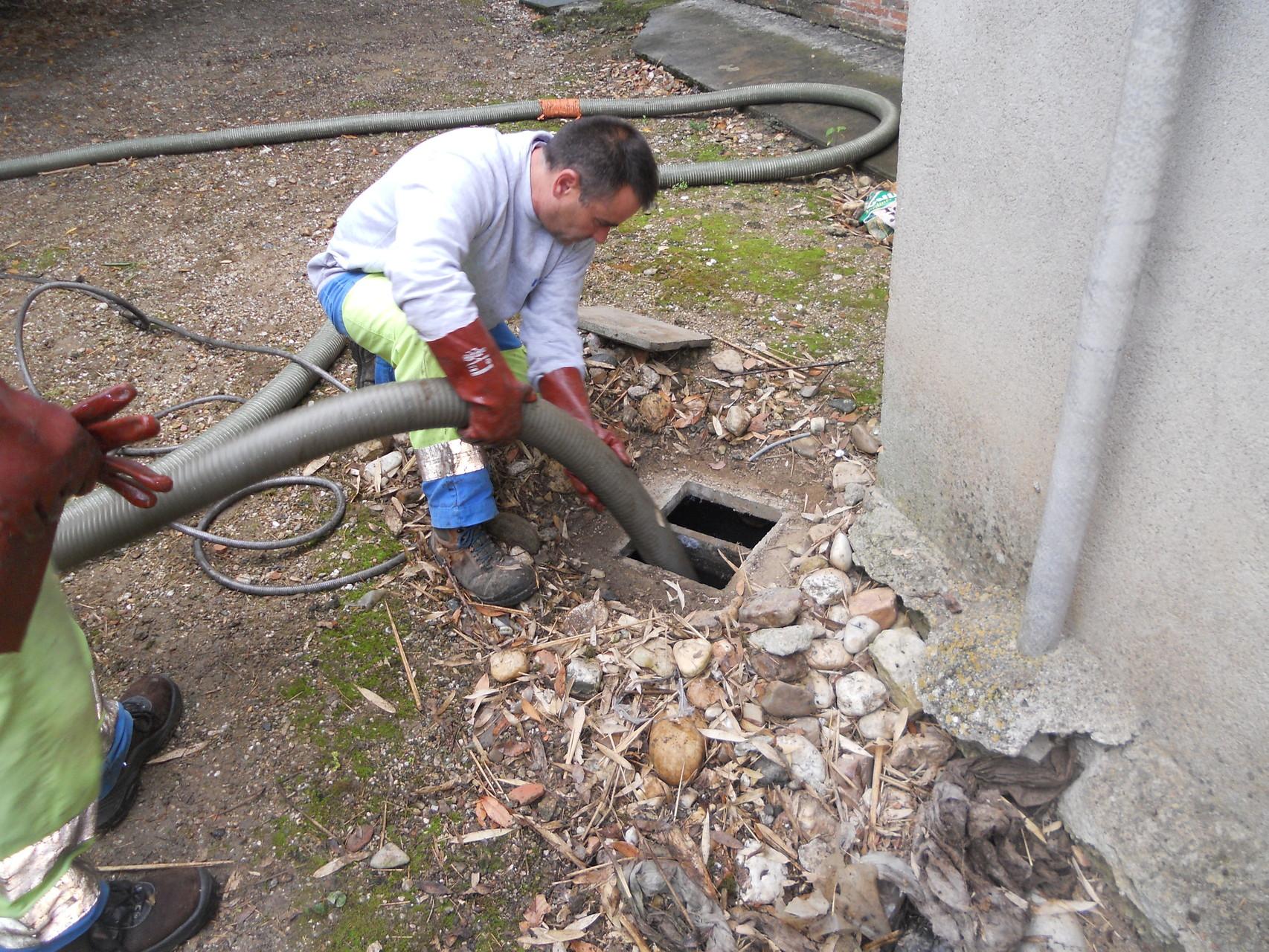 Vidange et nettoyage des installations d'assinissement avant inspection