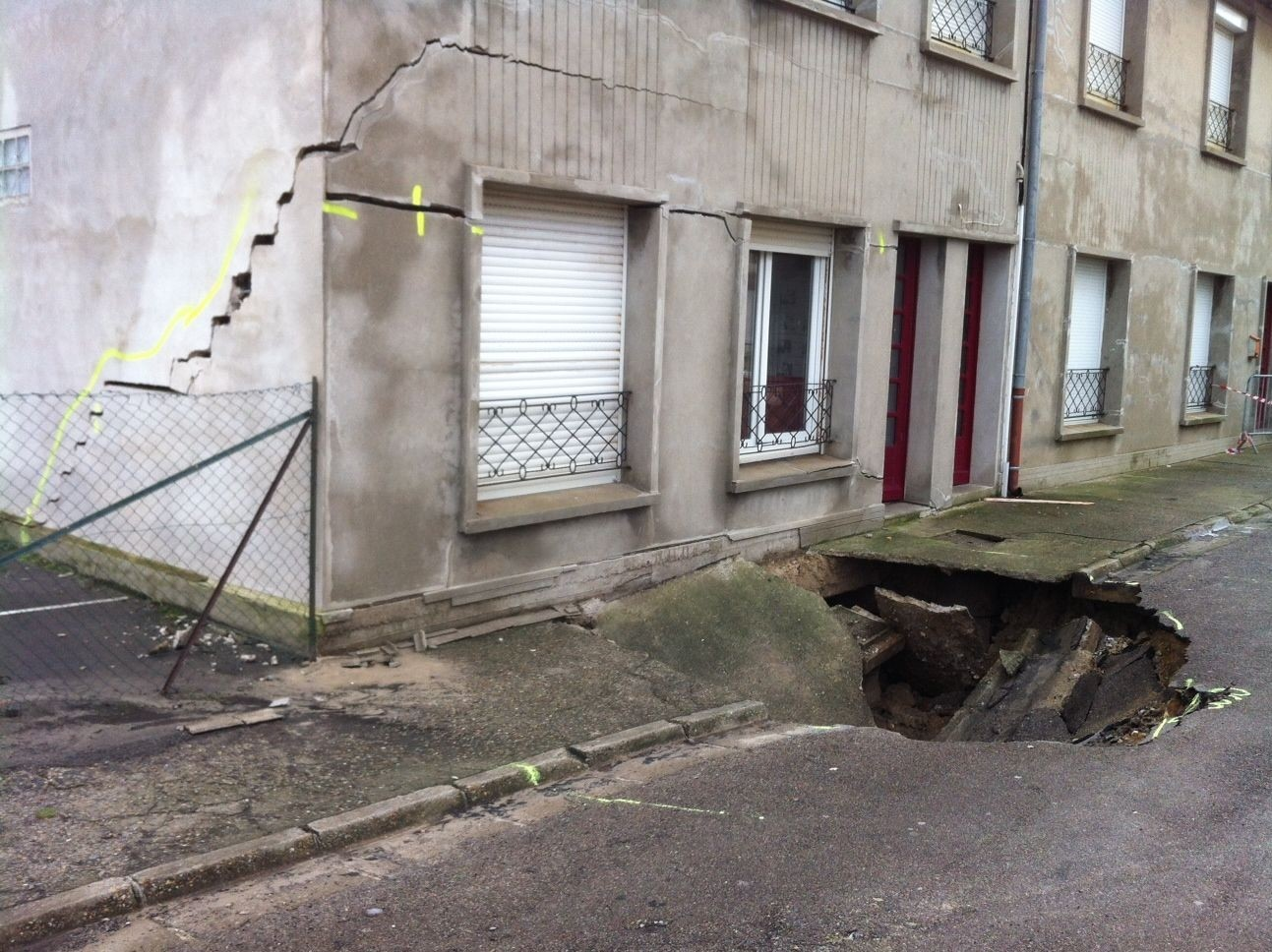 Inondation : Effondrement de la chaussée entrainant la structure porteuse