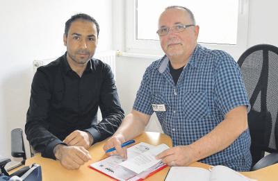 Vielleicht ein fester Job in Süddeutschland: Yousif Ahmad (30) und Hoelp-Berater Matthias Kirstein freuen sich über den Erfolg der Bemühungen. Foto: Hoelp