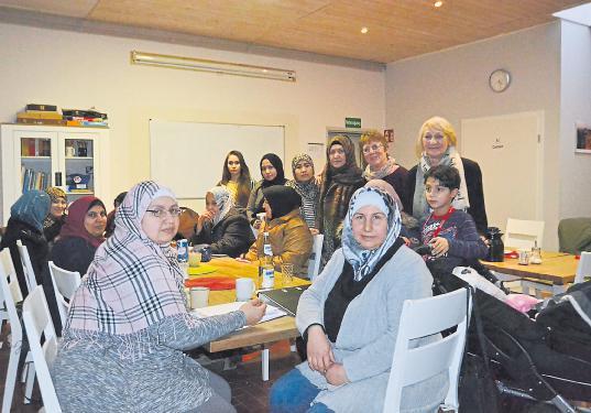 Frauen unter sich: Christiane Sengebusch und Anette Nöldeke (von rechts) betreuen unter anderem jeden Mittwochnachmittag die Frauenrunde im I-Treff an der Koogstraße.  Foto und Text von Hengameh Habib