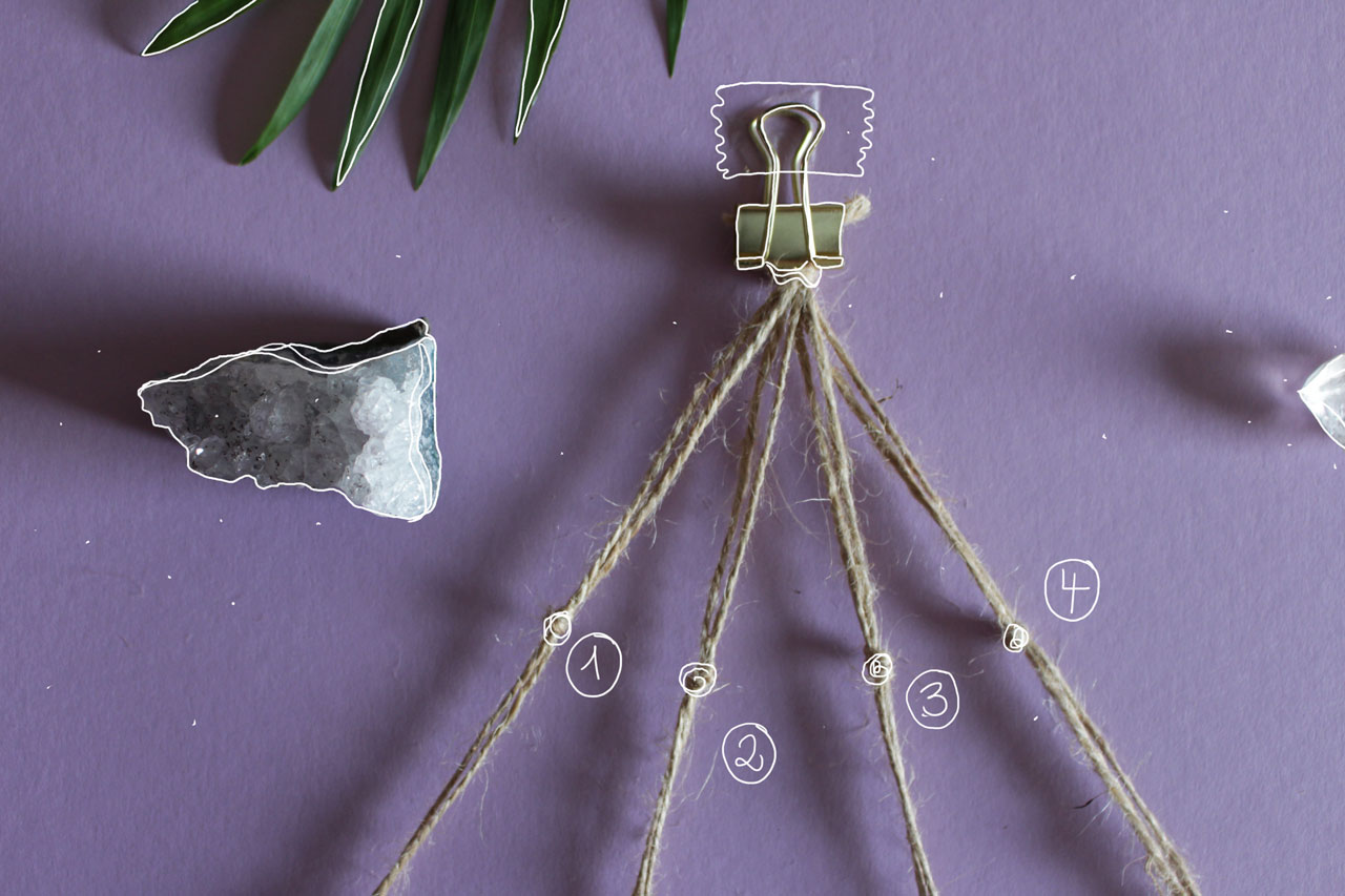 Die zwei am nächsten beieinander liegenden Stränge verknoten. Aus acht Strängen entstehen nur noch vier.