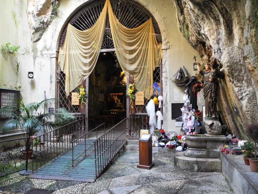 Der Eingang zur Grotte der Heiligen Rosalia