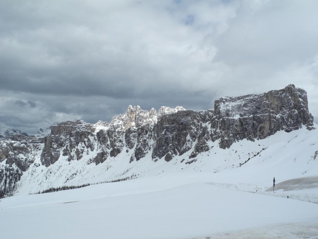 Anstatt vieler grüßender Motorradfahrer begrüßen uns Skifahrer im Schnee