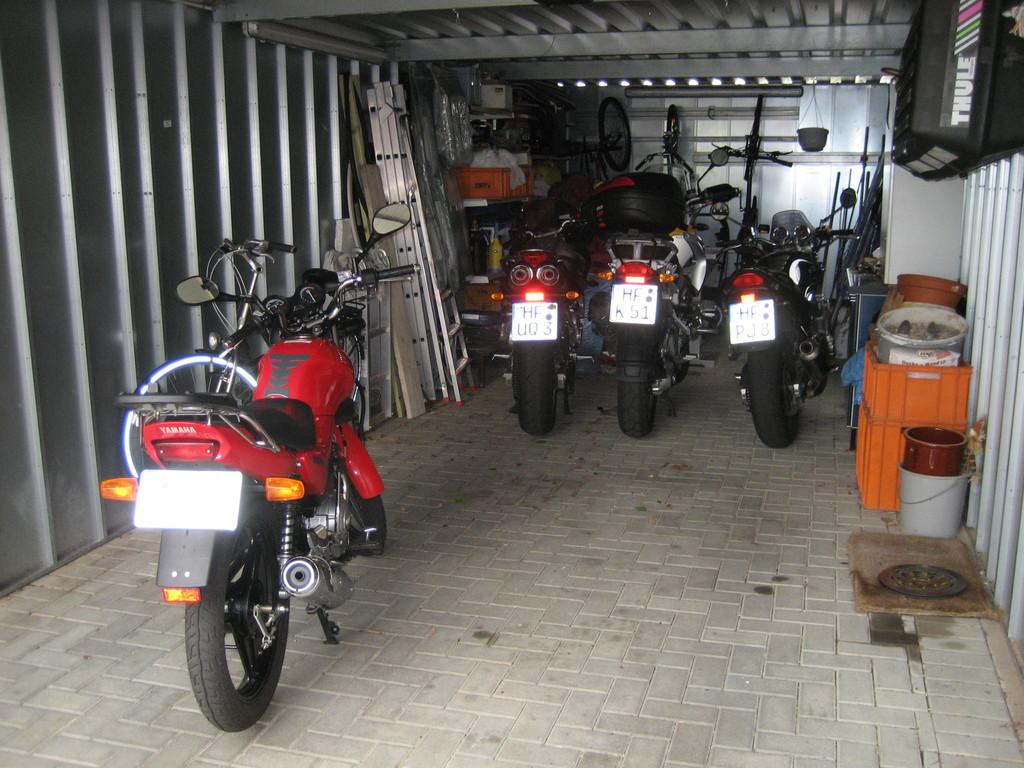 Und so sieht es in unserer Garage aus. Ein Auto passt nur mit viel Organisation dort noch hinein.