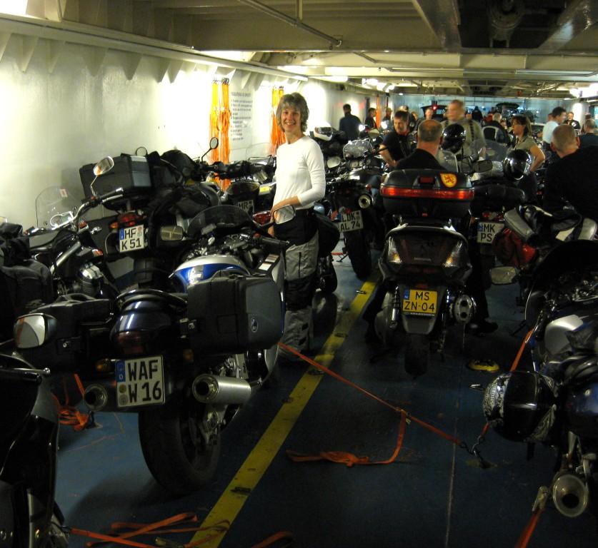Juni 2009 - Rückfahrt von Newcastle nach Ijmuiden. Nun traue ich mich schon unter so viele Kerle und behaupte meinen Stellplatz auf der Fähre