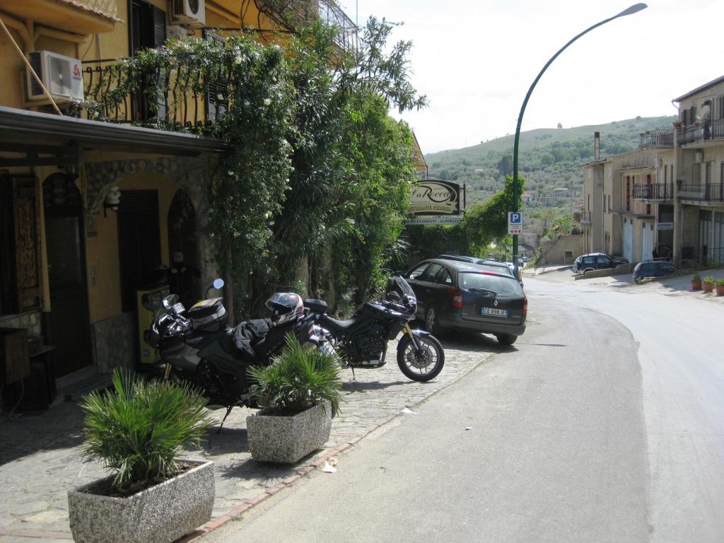 wir stellen die Bikes ab und meins fällt fast um, doch der Wirt fährt auch Motorrad und fängt sie auf