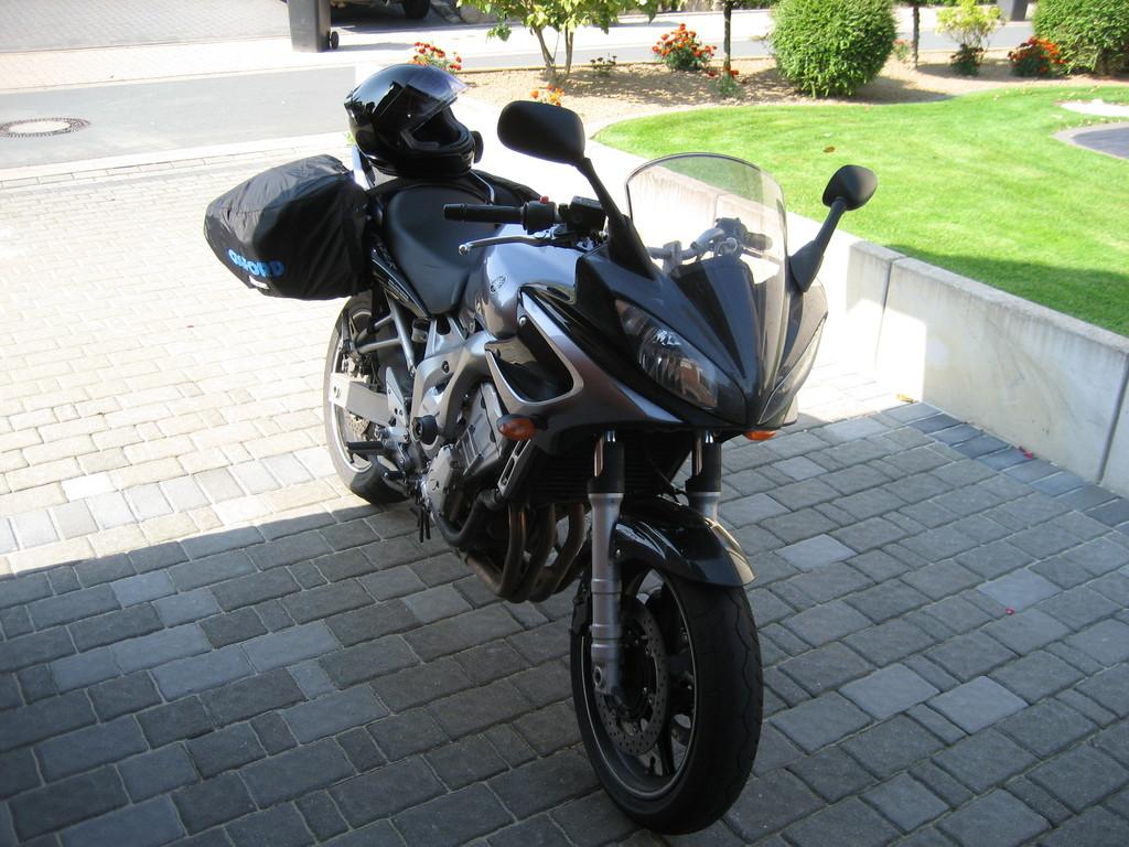 September 2007 - meine neue Yamaha FZ 6 Fazer steht bepackt für die große Fahrt vor der Haustür