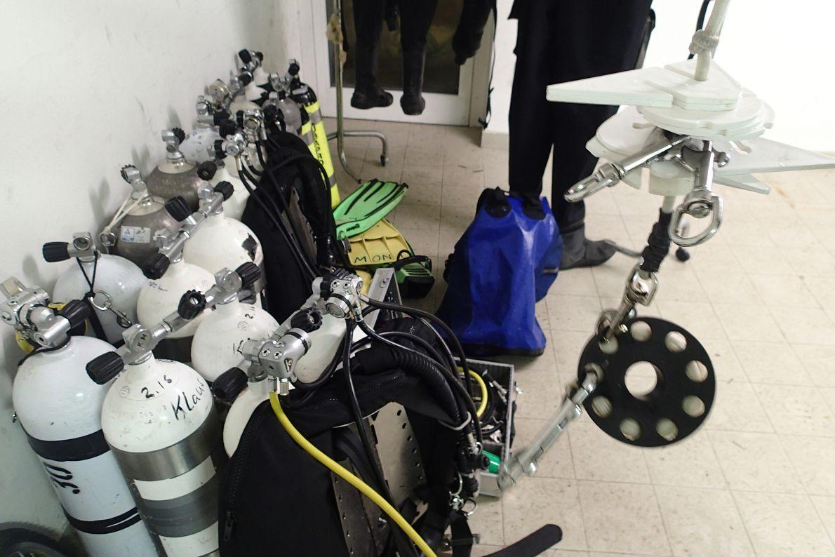 Ausrüstung für 4 Tage Höhlentauchen ohne Füllmöglichkeit (Karneval wird bei Venedig ernstgenommen)