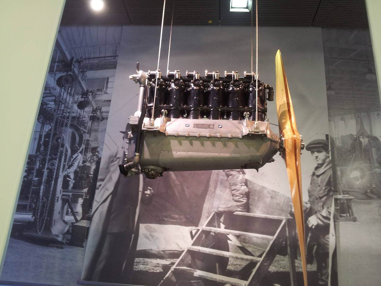 Avant, BMW faisait des moteurs d' avion.