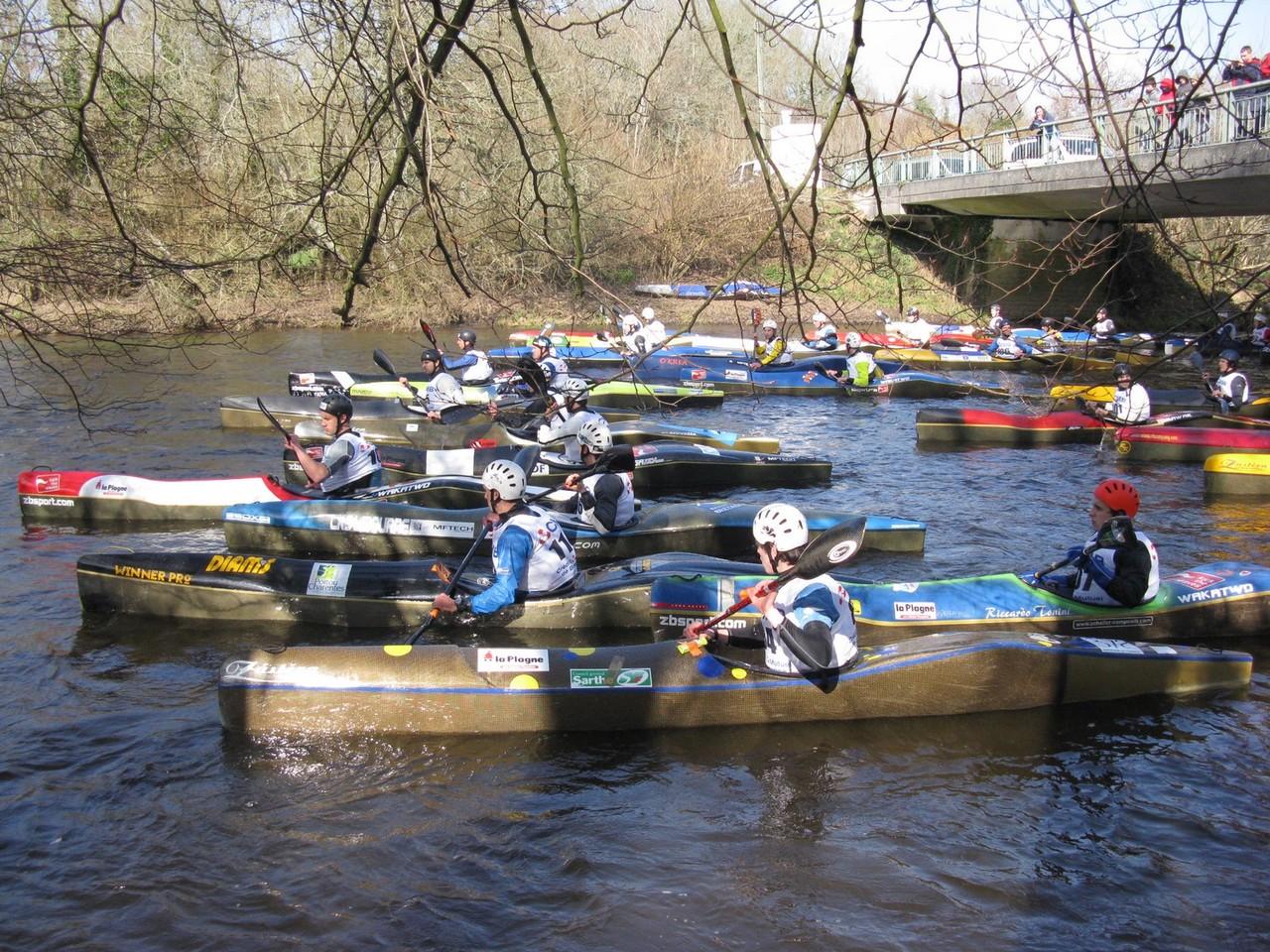 Kayakistes sur l'Ellé, sous le pont de Loge Coucou