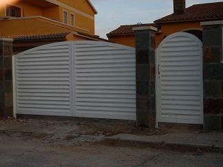 Conjunto de puerta 2 hojas y peatonal veneciana lacada blanca