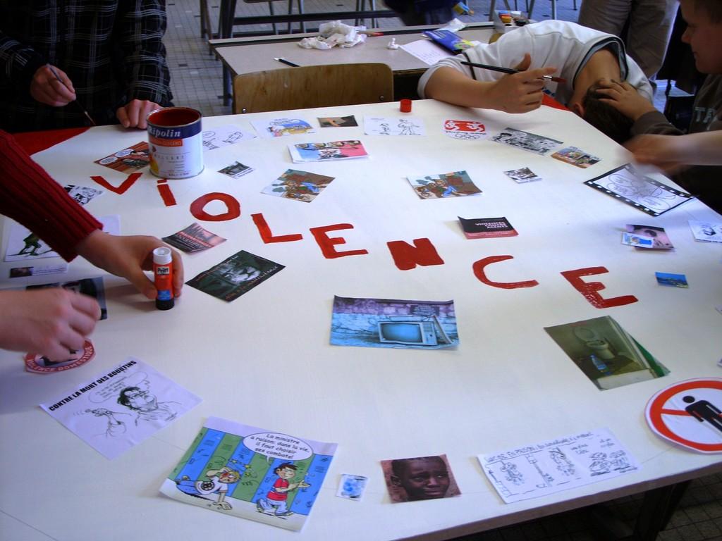 """""""La discute, pas la dispute"""" A. R. de Doische, réalisation des panneaux, mai 2009."""