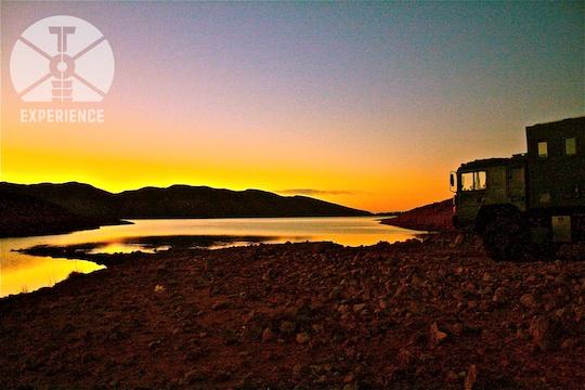 Die untergegangene Sonne hinter echtem Weltreisemobil/Expeditionsmobil an einem See in Marokko / Das Leben findet draußen statt ;-) dirt road