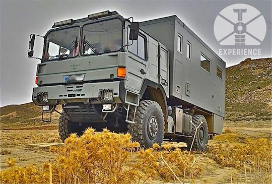 self sufficient expedition vehicle in the desert / zuverlässiges Weltreisemobil offroad unterwegs - haltbare Technik in zuverlässigem Fahrgestell - echte Weltreisemobile, dirt road wohnmobil