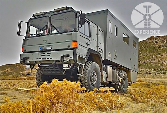 self sufficient expedition vehicle in the desert / zuverlässiges Weltreisemobil offroad unterwegs - haltbare Technik in zuverlässigem Fahrgestell - echte Weltreisemobile, dirt road wohnmobil 4WD overland expedition vehicle extreme overland travel expert