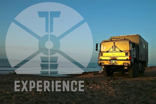 Expedition /Die Sonne geht unter - und wieder auf / ebenso sicher und zuverlässiges Weltreisemobil, Expeditionsmobil im weltweiten Einsatz auf Reisen. Im Gelände auf der Piste, oder dirt road und abends am Strand im Sand. Freiheit und weltweites Reisen -