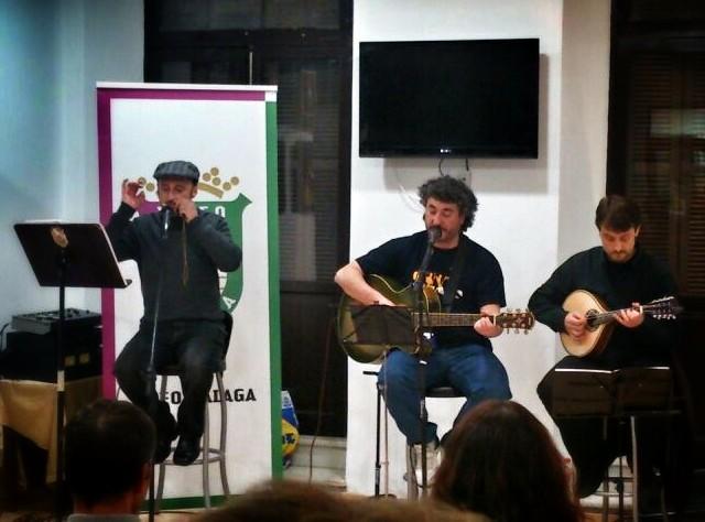 """Interpretando """"Show me the place"""" de Leonard Cohen.  Voz y guitarra: José Miguel Ruiz; mandolina: Eduardo Retamero; harpa de boca de Hokkaido: un servidor."""
