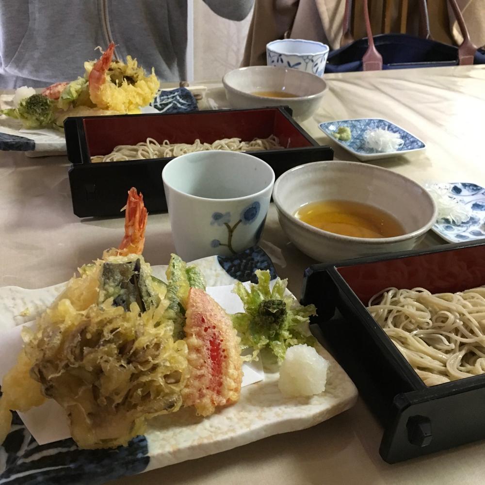 お昼は透きとおったお蕎麦を出してくださる、隠れ家のようなお蕎麦やさん「あまの」さんへ。ざるはいつも二枚出てくるのですが、それぞれ産地が違って、食べ比べできるのです!趣味で始められたというご主人。ここにくる度、好きからはじめたことの凄さに感動します。本当に美味しいの!きのうはフキノトウの天ぷらが…しあわせ。お昼もプライベートレッスンの醍醐味でした❤︎