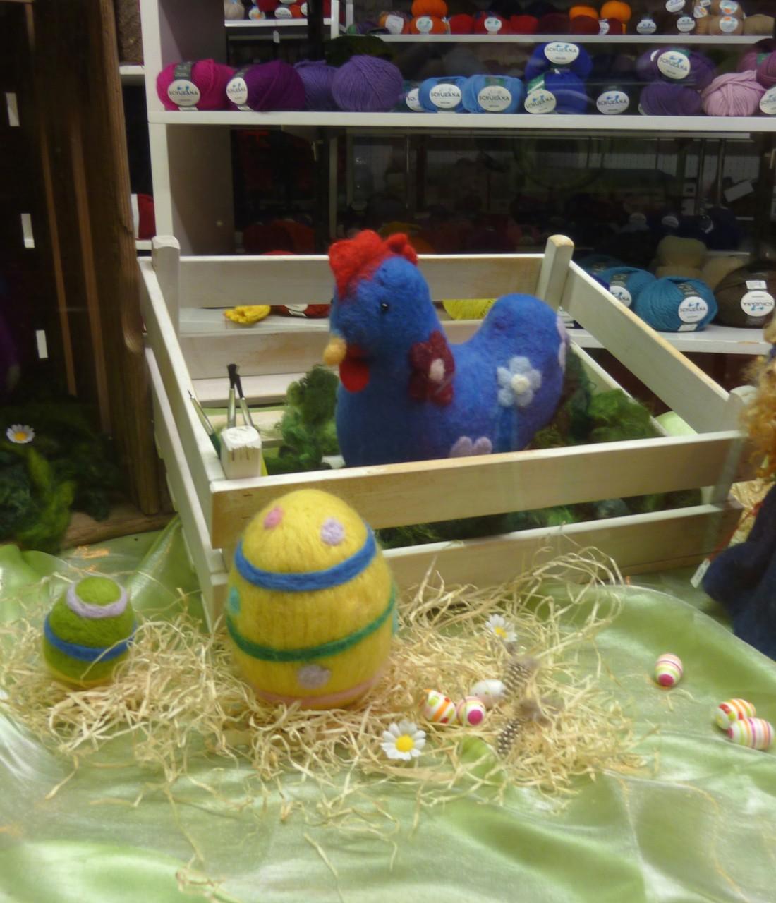 Osterhühner gefilzt im Schaufenster....