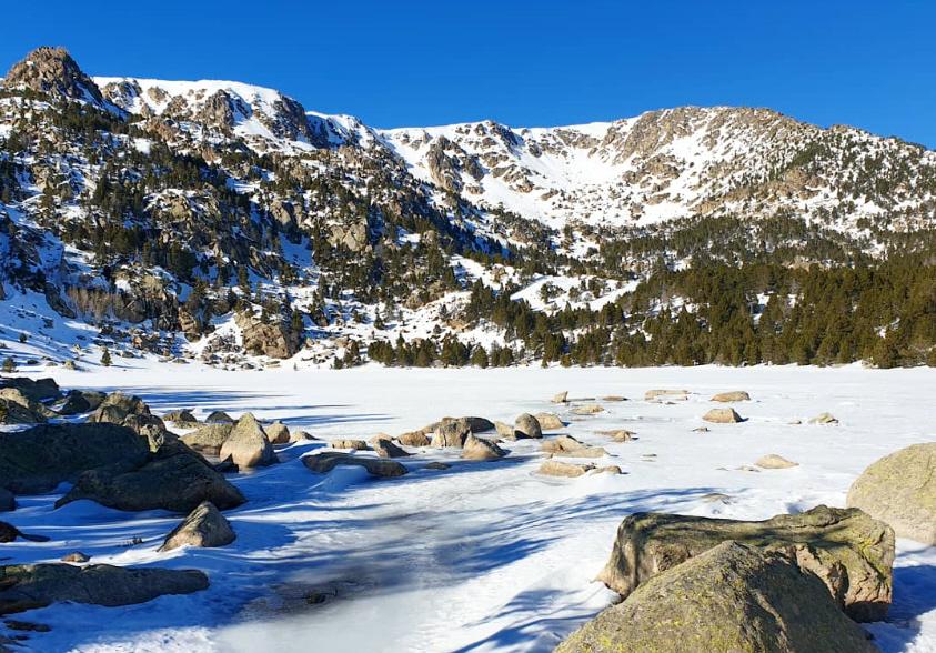 Estany de Malniu, amb neu i gel
