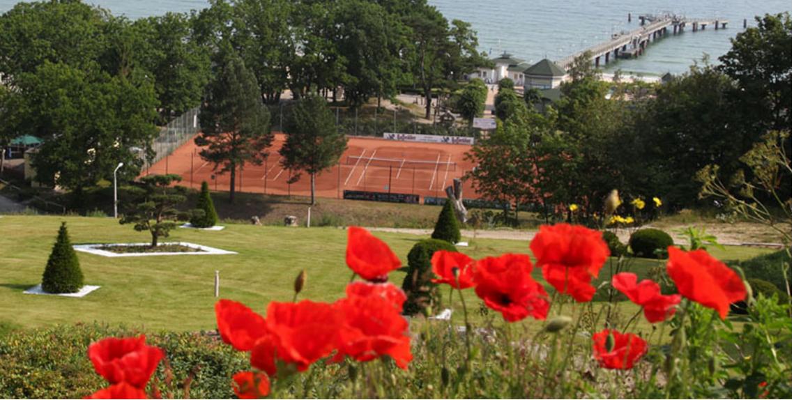 Tennisplatz und Ostsee