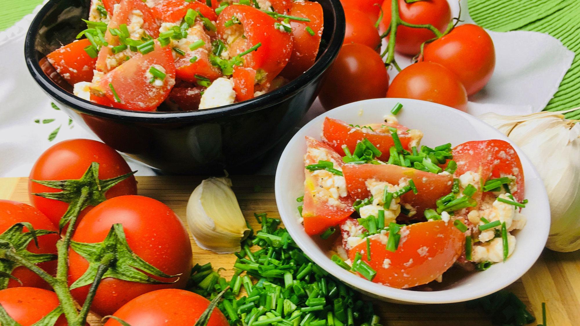 Kräftiger Tomaten (Gurken-Paprika) Salat mit Schafskäse