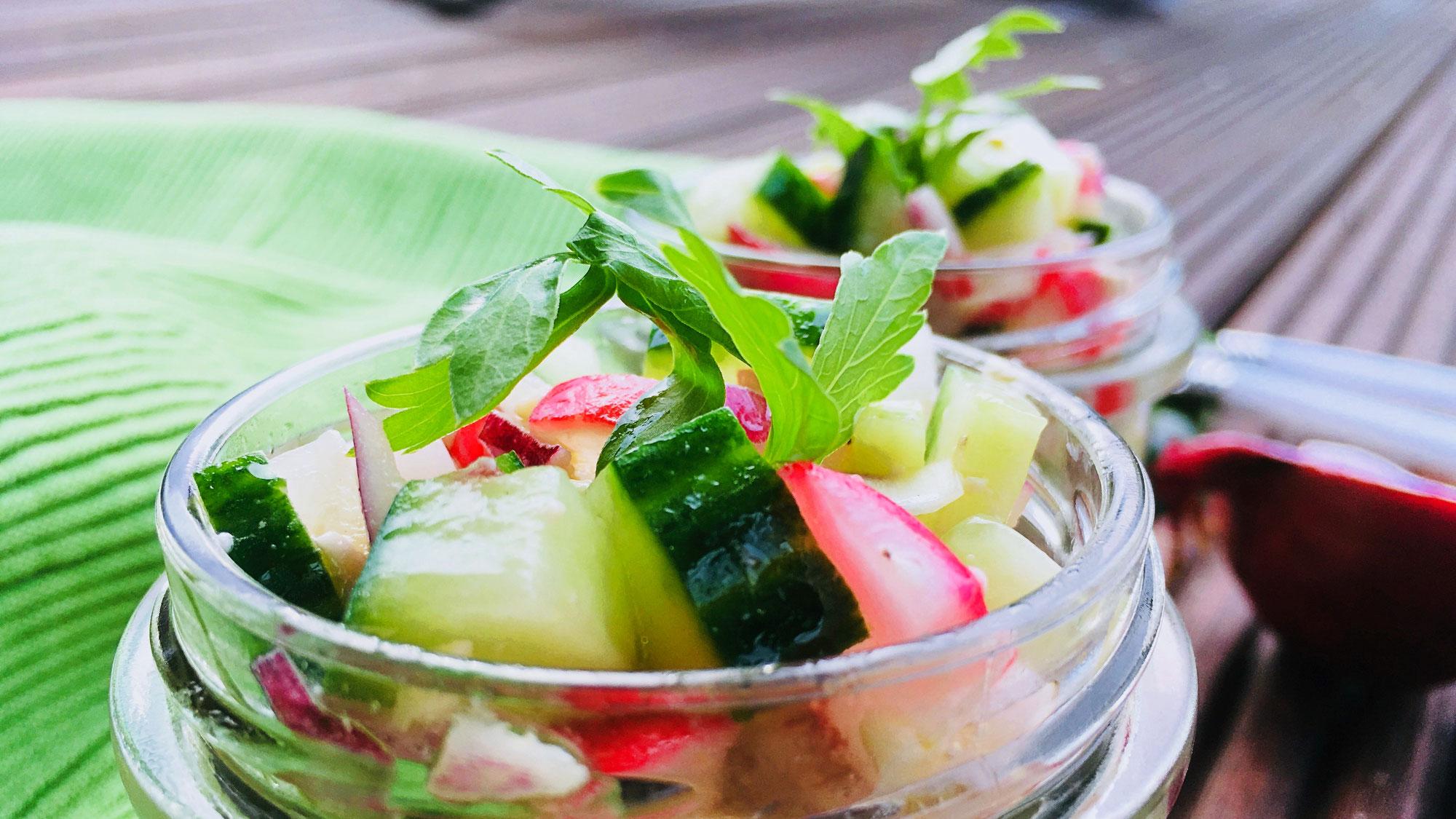 Radieschensalat mit Gurke und Mozzarella