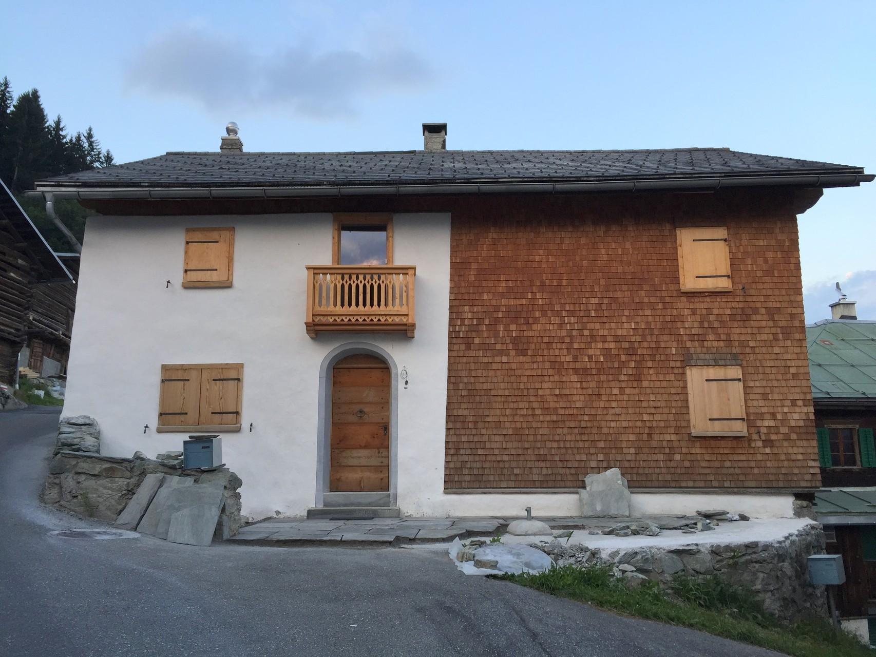 Westfassade nachher mit aufgemalter Türumrahmung