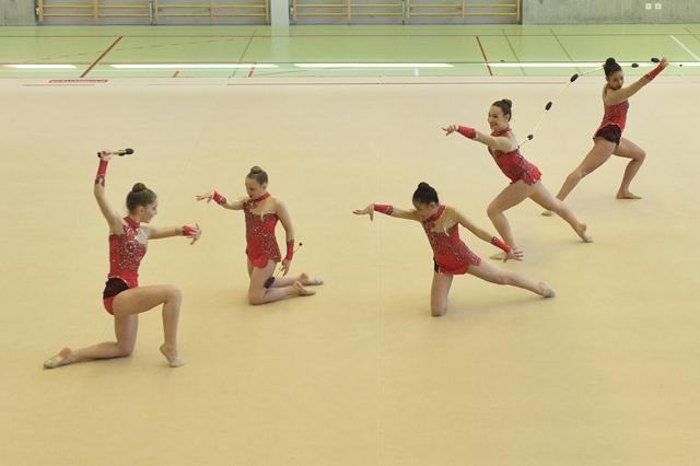 Juniorinnengruppe G3 beim Wettkampfdurchlauf mit den Keulen