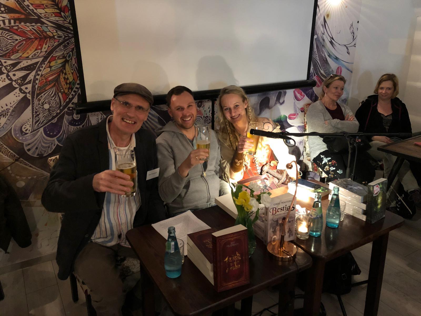 Die Weltenbauer nach ihrer Lesung im Café Karl