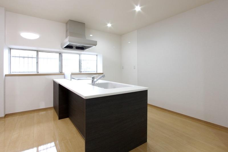 カウンターテーブルとしても利用できる広々キッチン天板