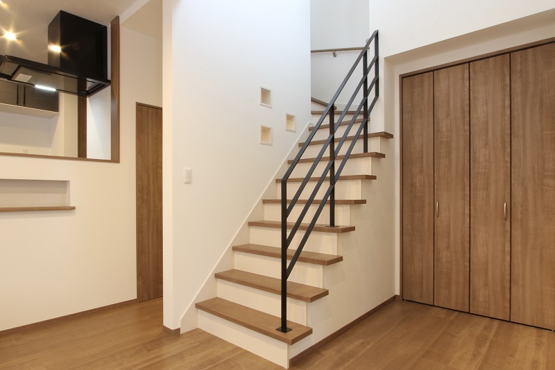 ひな壇型のリビング階段(アイアン手すり・飾り棚)