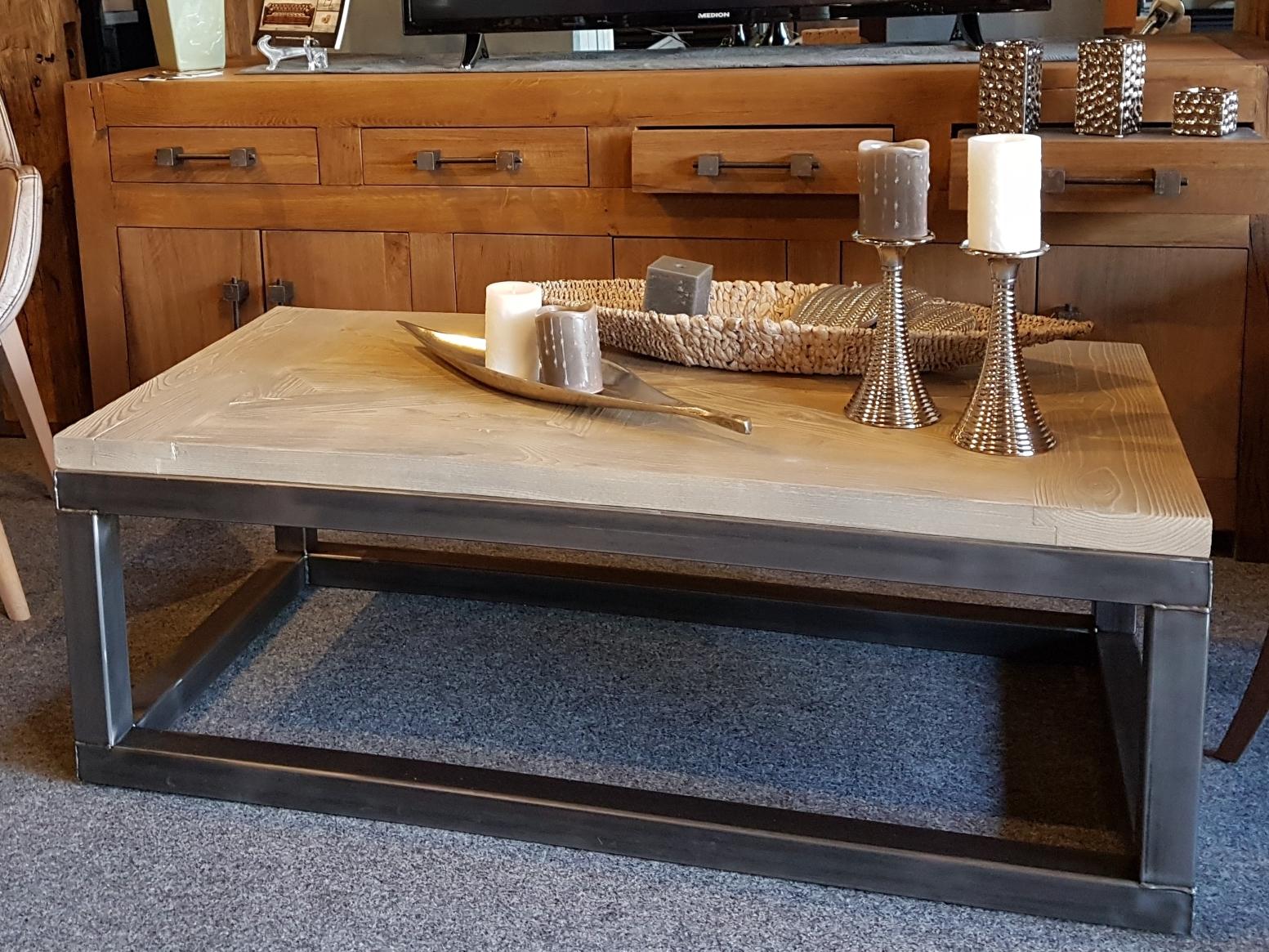 Couchtisch Industriedesign Stahl und recyceltes Bauholz