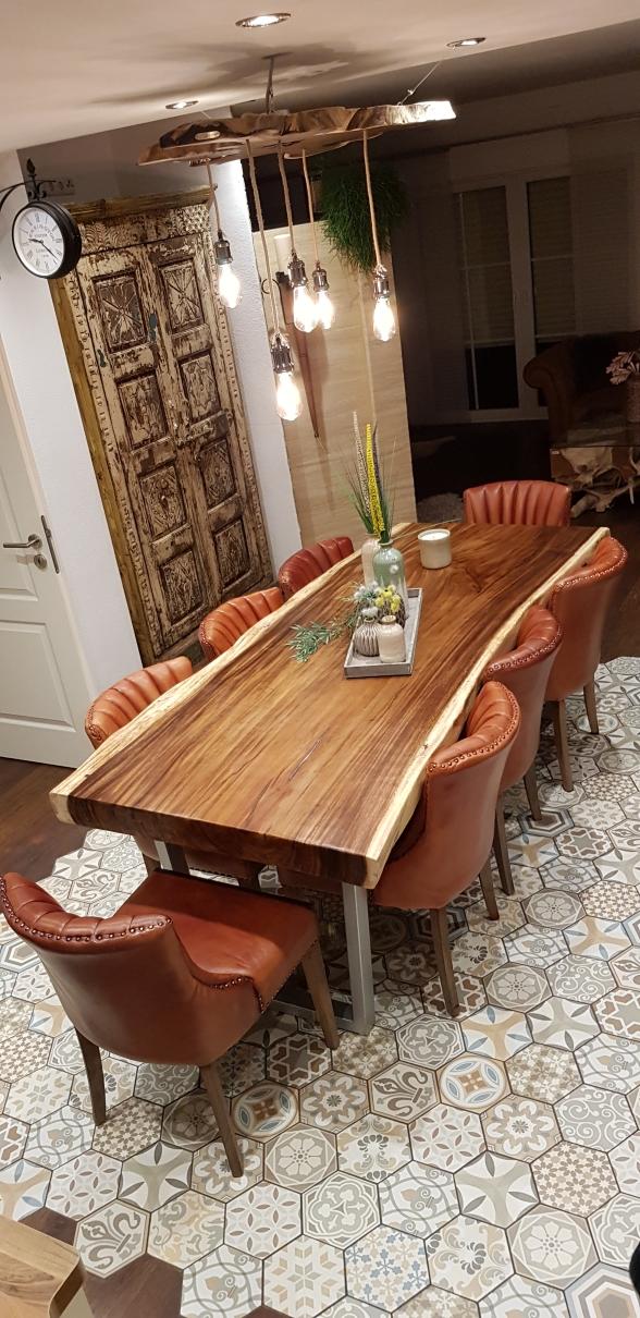 Stammbohlen Esstisch mit Baumkante, Lederstühle Bransen.