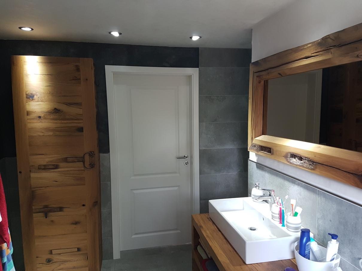 Waschtisch, Spiegel, Wandschrank massiv Balkeneiche Altholz