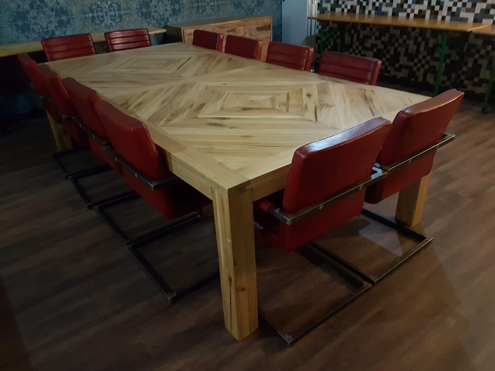 Großer Esstisch aus altem Holz mit Rautenmuster