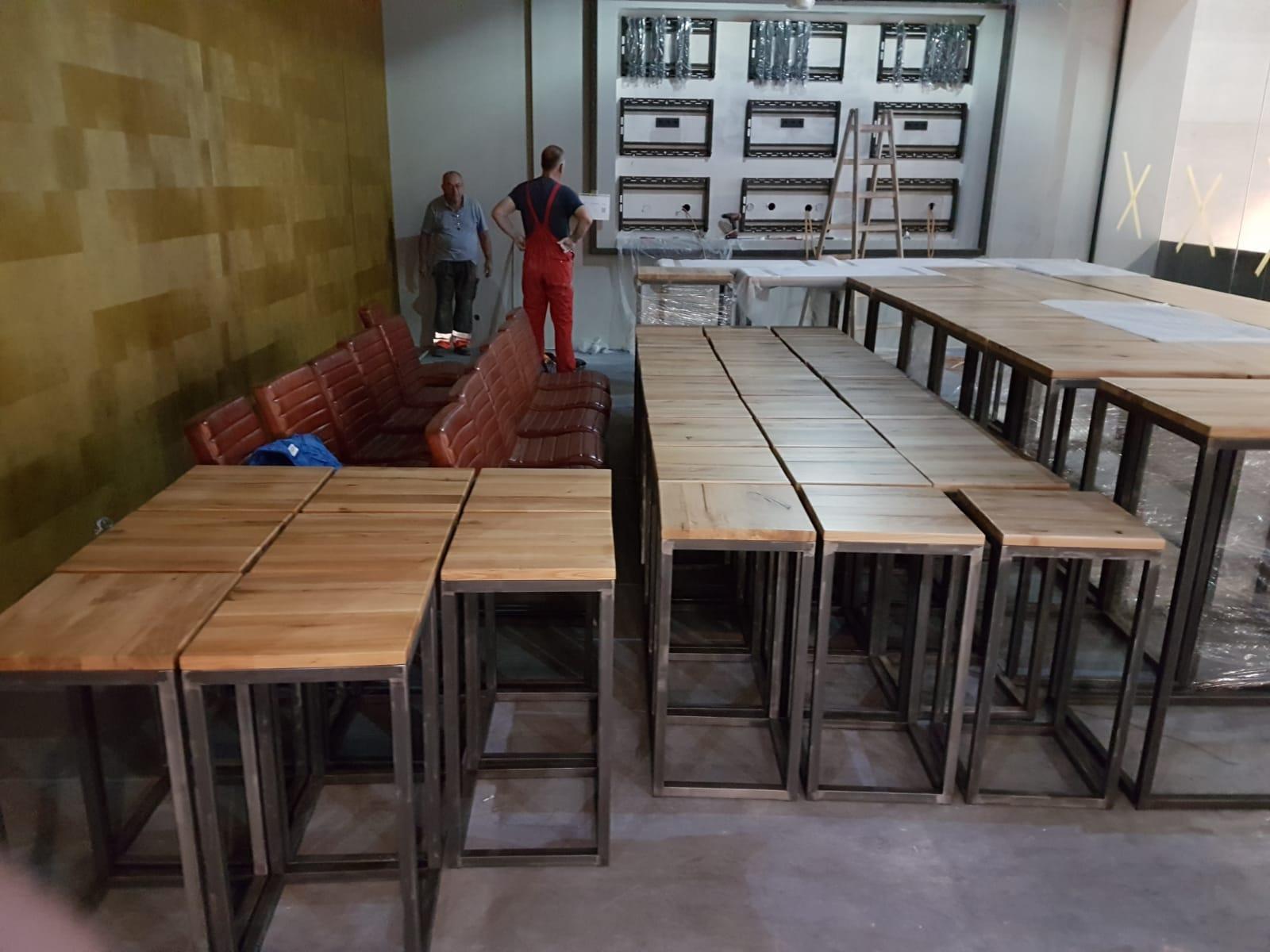 Stehtische und Hocker im Industriedesign und Altholz