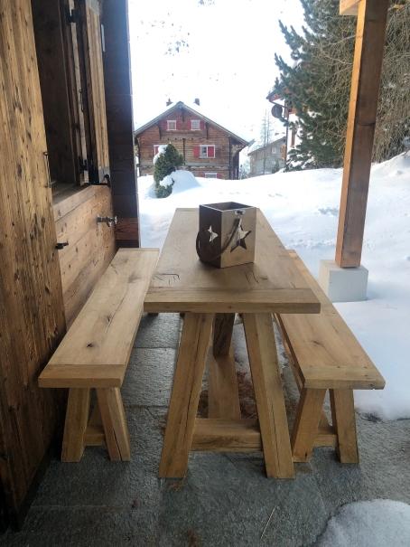 Massivholz Esstisch aus altem recyceltem Eichenholz mit passenden Sitzbänken. Geradlinig und robust. In verschiedenen Größen bestellbare - Alm Möbel.