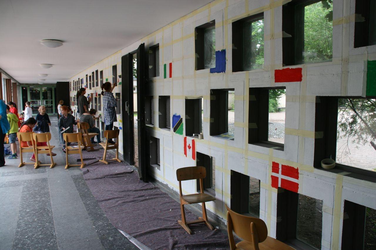 … nach und nach die Wand mit Farbe ...