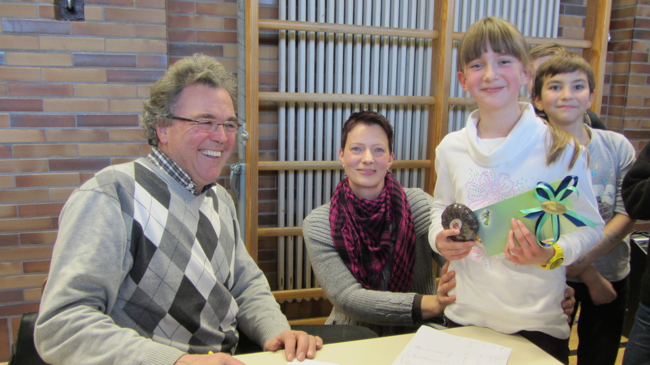 Herr Bauer vom Rotary Club, Pia und ihre Mutter freuen sich über die gelungene Veranstaltung
