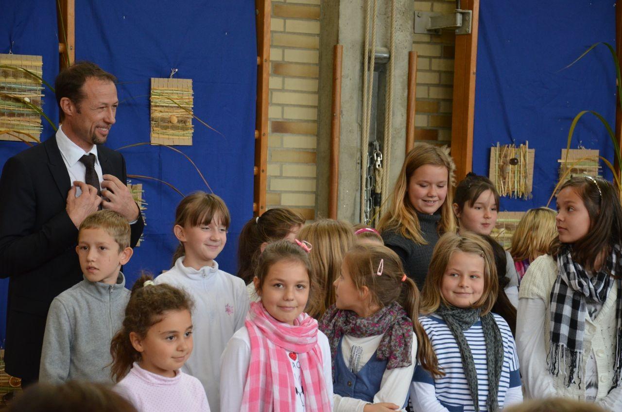 Rektor Rudolf Zehentbauer war sichtlich gerührt vom herzlichen Willkommensgruß der Schüler