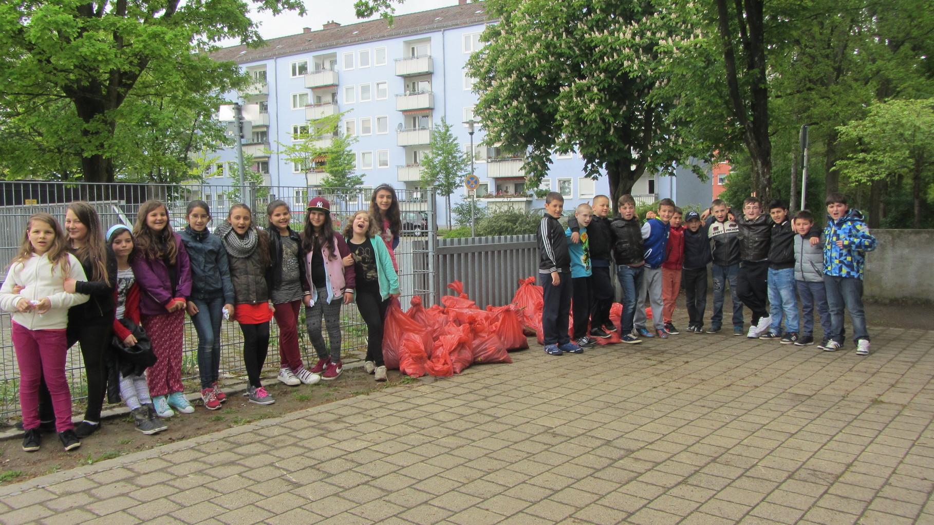 Das Ergebnis: Fast 100 gute gefüllte Müllsäcke wurden von den Schülern abgeliefert.