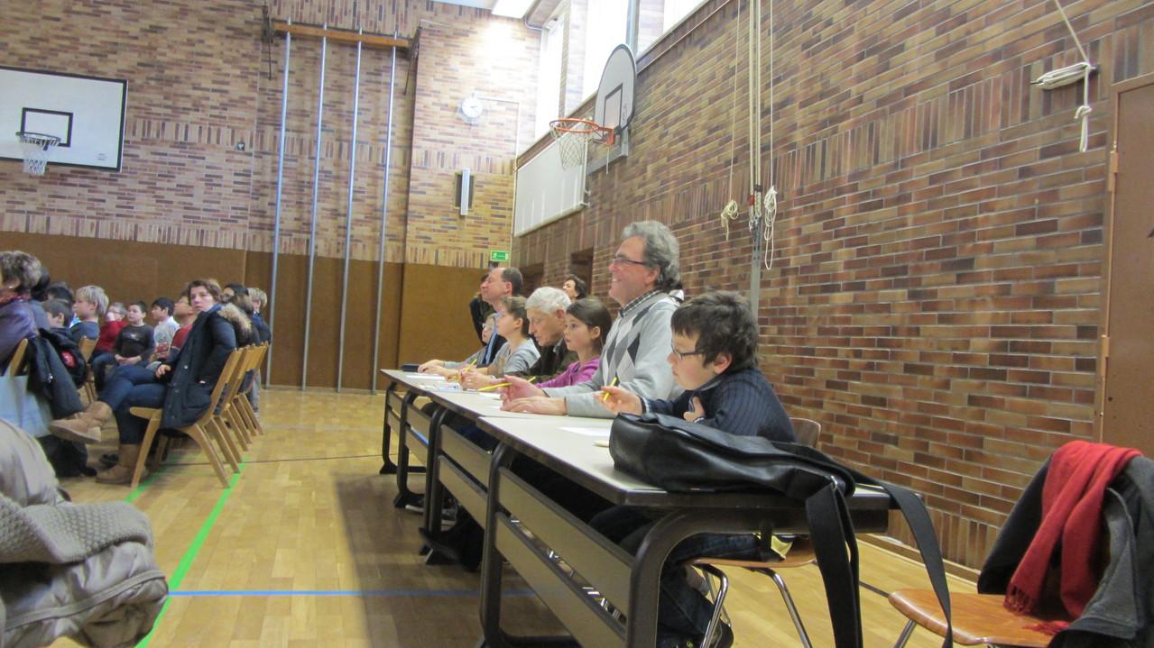 Die Jury, Erwachsene und Schüler, bei ihrer Arbeit