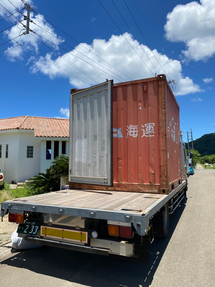 離島のため、コンテナで荷物を輸送します。