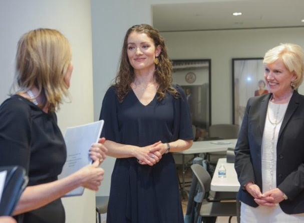 تيريزا ويليامز (في الوسط) في فاعلية أقيمت مؤخرًا في مركز الولايات المتحدة للدبلوماسية، مع مديرة المركز،  ماري كين (إلى اليمين)، وماري رويس، مساعدة الوزير بمكتب الشؤون التعليمية والثقافية.   (State Dept./D.A. Peterson)