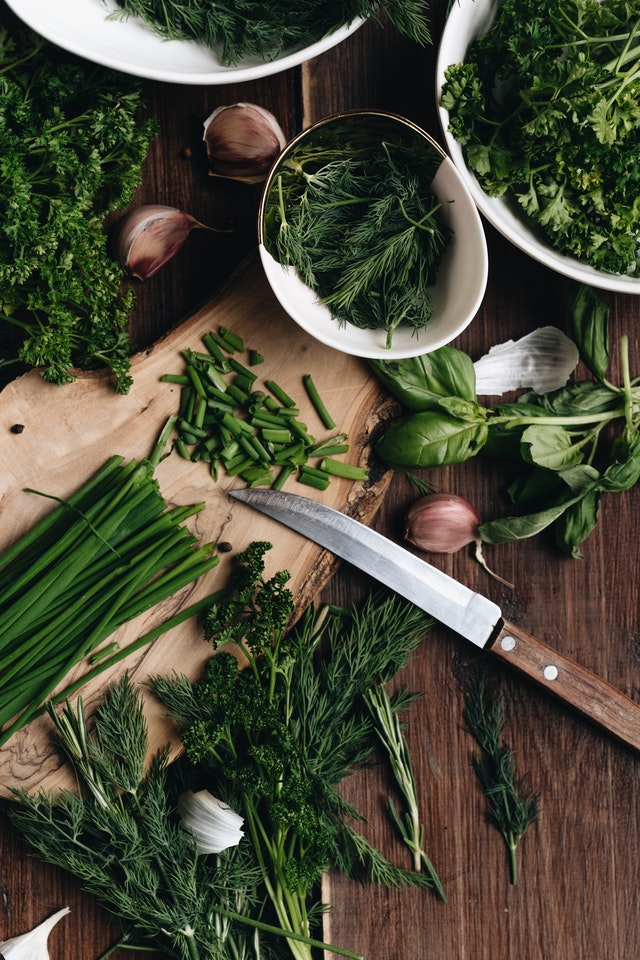 من الممكن زراعة الثوم في حوض من التراب وريّه يومياً للحصول على أوراق الثوم الخضراء الطازجة واللذيذة