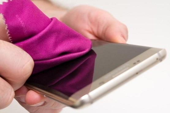 تمتاز الهواتف الذكية الحديثة بأنها شديدة الجفاف وناعمة للغاية، وبالتالي لا يلتصق بها إلا قدر ضئيل جدا من الجراثيم