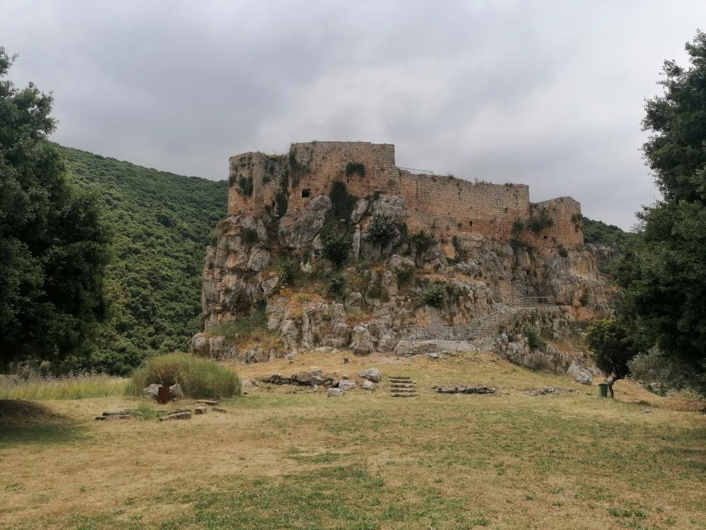 تمّ بناء القلعة لتكون حدودها بمحاذاة حدود الصخرة التي أقيمت عليها، حيث تتراوح سماكة جدرانها بين متر ونصف ومترين ونصف