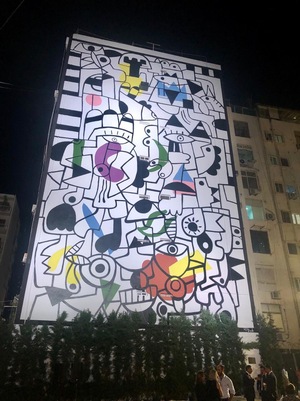 تمثّل اللوحة الجدارية متاهة حيث يتشابك عدد من الحيوانات والمخلوقات الوهمية