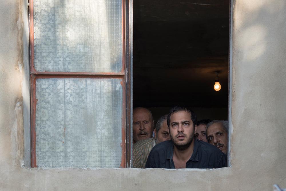 لبنان، تموز 2006. يشنّ الجيش الإسرائيلي غارات مكثفة على لبنان. يتوجه مروان، 30 عاماً إلى الجنوب بحثاً عن والده. يجد نفسه محاصراً مع 4 من أبناء بلدته في منزل احدهم. تستقر فرقة من الجيش الإسرائلي في الطابق الأعلى. سرعان ما تأخذ الأمور منحة غير متوقعة.  